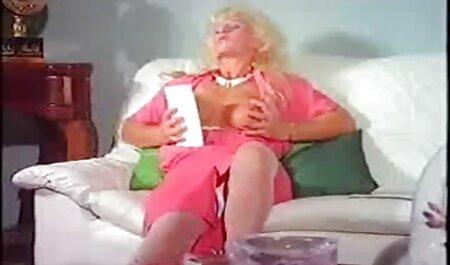 Tyttö viettää aikaansa rakastelun karvaisia pilluja ja seksin parissa.