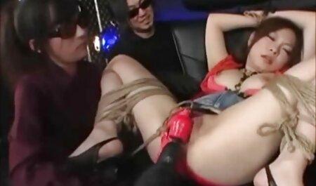 Nuoret naiset kokeilevat ilmaista pillua seksiä.