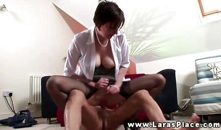 Hän vanha nainen porno tapaa aktiivisesti tyttöä perseeseen.