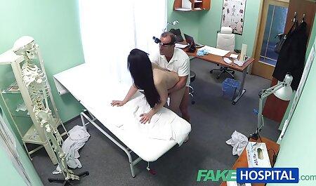 Äiti antautuu lutkalle makuuhuoneessa. sukkahousu pillu