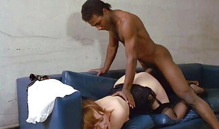 Hän sieppasi vanhan naisen pillu naisen olohuoneeseen.