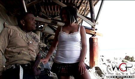Pussy, hyppää pillun nuolenta video parrakkaan miehen luo.