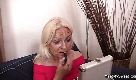 Nuoret naiset tulevat ulos emättimestä, hieronnasta ja aikuisviihde k18 seksistä.
